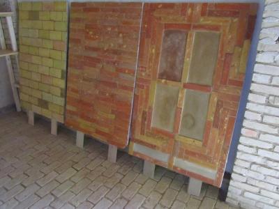 drei-ausstellungstuecke-im-ziegelfliesenausstellungsraum-von-pro-lehm-01-mittleres-format.jpg