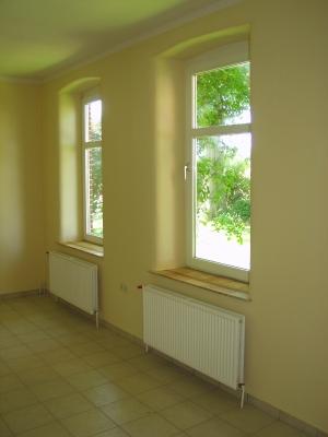 innenraum-mit-hellen-lehmwaenden-und-ziegelfliesenfensterbaenken-mitteleres-format.jpg