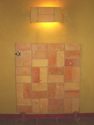 lampe-aus-ziegelfliesen-und-heizungsverkleidung-aus-ziegelfliesen-mittleres-format.jpg