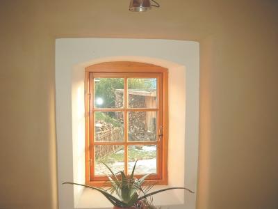 lehmputzwand-in-verbindung-mit-holzfenster-mittleres-format.jpg