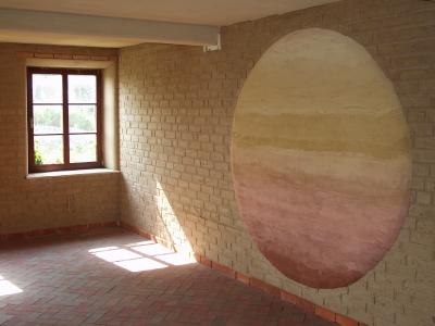 lehmsonne-an-lehmsteinwand-mittleres-format.jpg