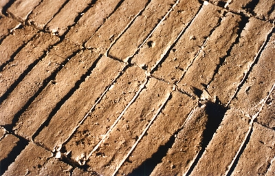 lehmsteine-in-mehreren-reihen-gelagert-mittleres-format.jpg