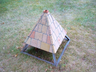 pyramidenfoermige-lampe-aus-ziegelfliesen-mittleres-format.jpg