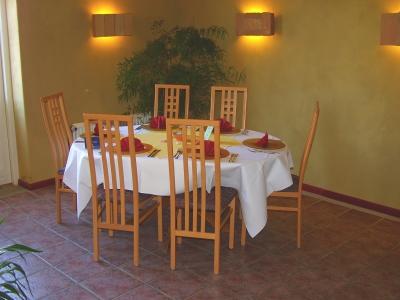 restaurant-mit-lehmwaenden-05-mittleres-format.jpg