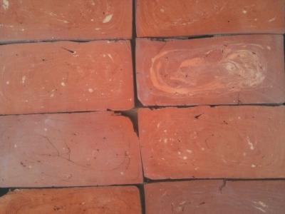 roter-ziegelfussboden-mit-spiralartigem-farbspiel-mittleres-format.jpg