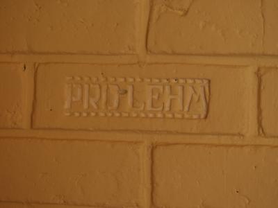 schriftzug-pro-lehm-in-lehmsteinwand-mittleres-format.jpg