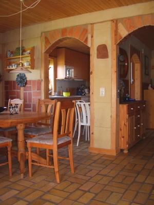 wohnzimmerbereich-mit-ziegelfussboden-und-roten-wandziegelfliesen-mittleres-format.jpg