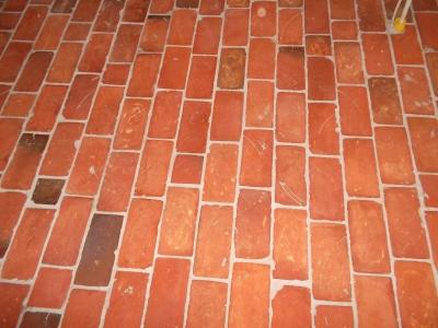 ziegelfliesen-fussboden-aus-roten-fliesen-mittleres-format.jpg