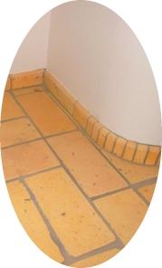 ziegelfliesen-und-fussbodenleiste-an-lehmputzwand-ellipse.jpg