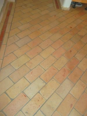 ziegelfussboden-aus-hellen-ziegelfliesen-mit-diagonaler-fuge-mittleres-format.jpg