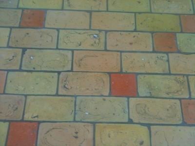 ziegelfussboden-aus-hellen-ziegelfliesen-mit-roten-quadratischen-ziegelfliesen-mittleres-format.jpg
