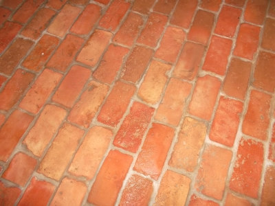 ziegelfussboden-aus-roten-ziegelfliesen-mit-diagonaler-fuge-02-mittleres-format.jpg