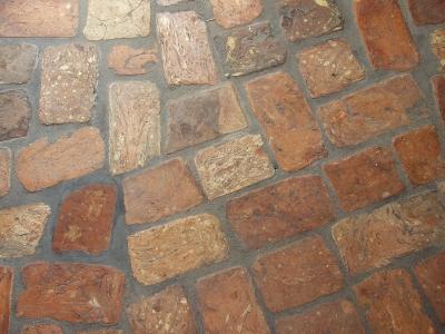 ziegelfussboden-aus-vielfaeltig-geformten-ziegelfliesen-mittleres-format.jpg